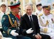 Vladimir Putin ja kaitseminister Sergei Šoigu Peterburis mereväeparaadil.