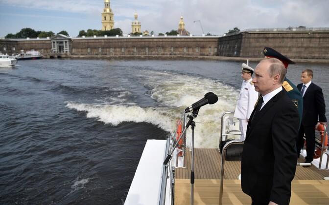 Vladimir Putin Peterburis mereväeparaadil.