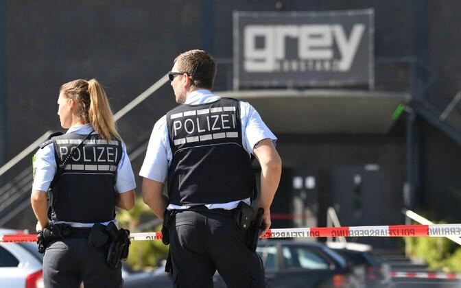 Saksa politseinikud sündmuskohal Konstanzi ööklubi juures 30. juulil.
