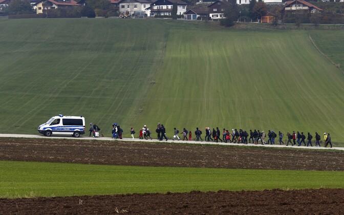 Austria-Saksa piiri ületanud immigrandid teel Saksamaal asuvasse registreerimiskeskusesse.
