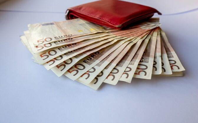 C 2017 года минимальная зарплата в Эстонии составляет 470 евро.