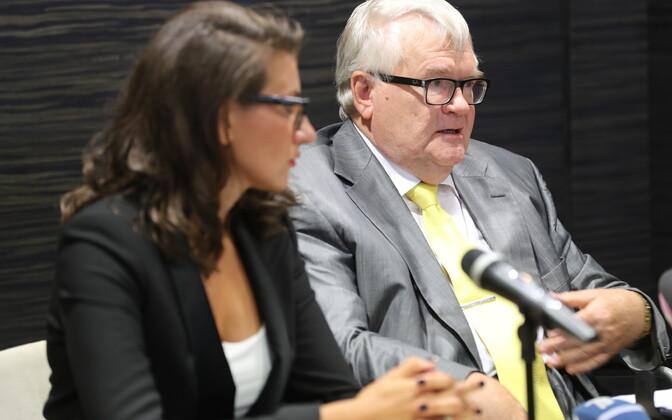 Edgar Savisaar (right) and MP Olga Ivanova (left) giving a press conference on Thursday. Aug. 3, 2017.