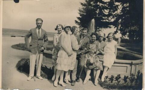 Suvitajad Haapsalus Promenaadil purskkaevu juures, 1928