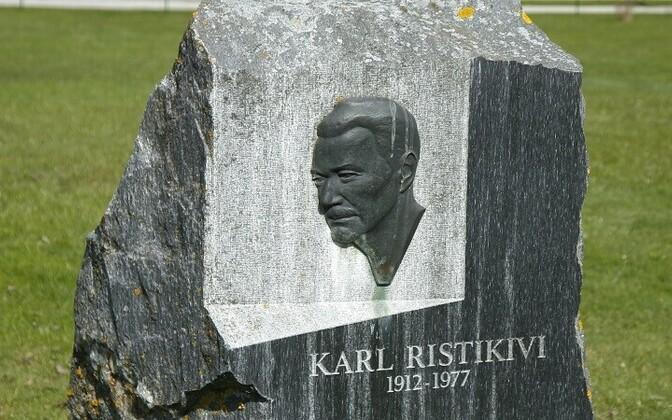 Мемориальный камень Карлу Ристикиви на его родине в Варбла.