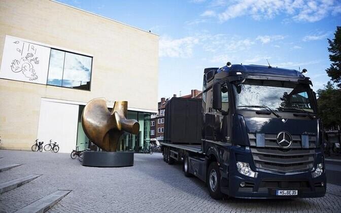 Cosima von Bonini ja Tom Burri installatsioon – tuttuus Mercedes Benzi reka, mis on pargitud muuseumi ette Henry Moore'i skulptuuri kõrvale – on metafoor nii Kasselis, Münsteris ja ka Veneetsias toimuvale. Silvia Sosaar
