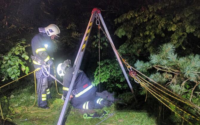 Спасатели поднимают человека, упавшего с 10-метрового обрыва в Тойла.