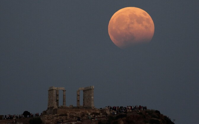 Лунное затмение в Греции.
