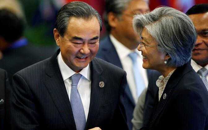 Hiina välisminister Wang Yi  (vasakul) ja tema Lõuna-Korea kolleeg Kang Kyung-wha 7. augustil Manilas.