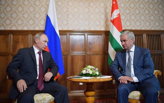 Владимир Путин (слева) и Рауль Хаджимба.