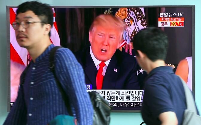 Трансляция выступления Трампа с угрозами в адрес КНДР в сеульском метро.