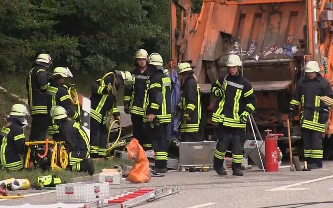 Немецкие спасатели на месте происшествия.
