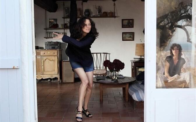 Carlotta (Marion Cotillard) tuleb pärast Indias New Dehlis veedetud aastaid tagasi Prantsusmaale nagu eksootiline lind, kes lendab aknast sisse, paneb plaadimängijasse esimese ettejuhtuva vinüüli ja tantsib oma endise mehe uuele naisele võidukat sõjatants