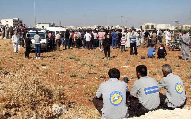 Süüria tsiviilkaitse vabatahtlikud (esilplaanil) pärast seitsme kolleegi hukkumist.