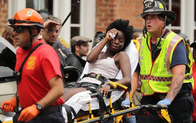 Päästjad pärast rünnakut vigastatuid aitamas.