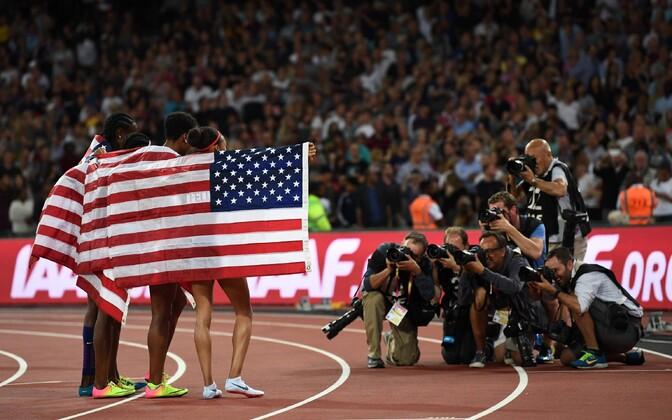 Kümnenda kuldmedali võitis USA naiste 4x400 m teatejooksus.