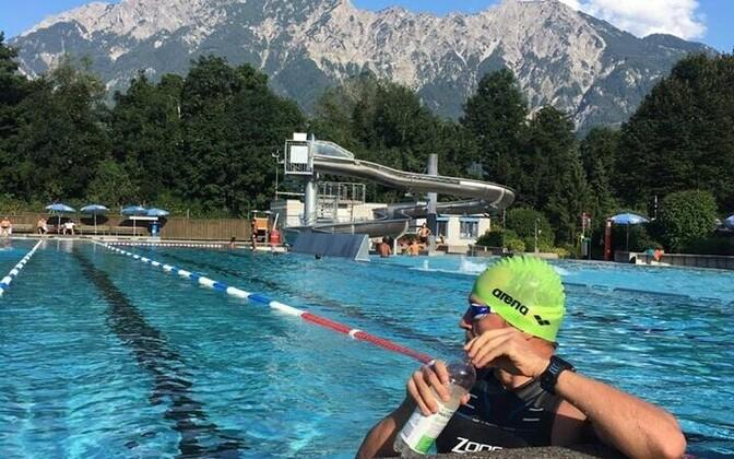 Rait Ratasepp välibasseinis, kus võistluse esimene ala ehk 38 km ujumine toimub.