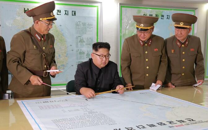 Põhja-Korea liider Kim Jong-un relvajõudude plaanidega tutvumas.
