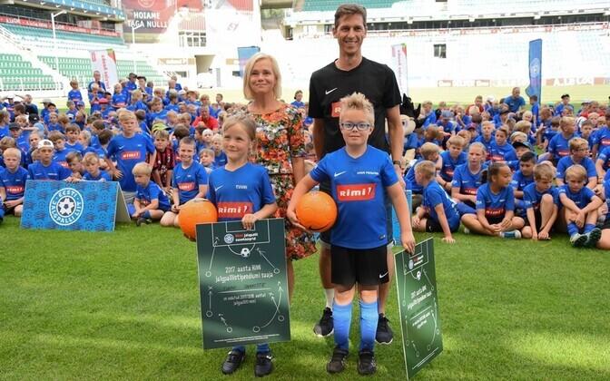 Rimi esindaja Katrin Bats ja EJL-i rahvajalgpalli osakonna juhataja Teet Allas koos augustikuu stipendiumi võitjatega