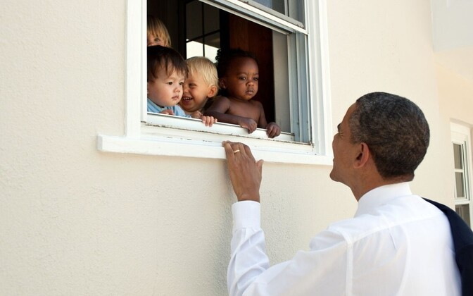 Obama riputas säutsu kõrvale pildi endast naeratamas koos erineva nahavärviga laste grupiga.