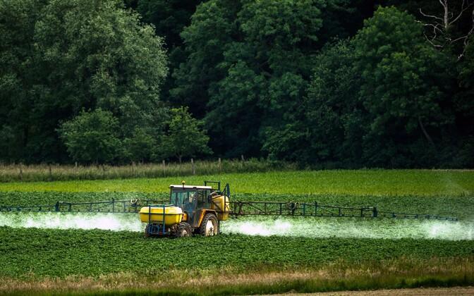 Использование пестицидов на полях во Франции.