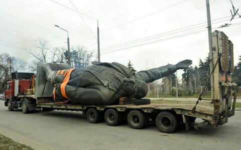Вывоз памятника Ленину в Запорожской области.
