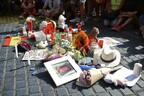 Люди несут цветы к месту теракта на бульваре Рамбла в Барселоне.