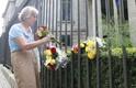 В Берлине люди несут цветы в память о жертвах терактов в Каталонии.