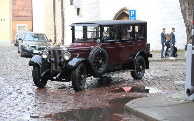 Kaldoja ei avalda, kui palju Rõivased pulmaautode rendi eest tasuma pidid.