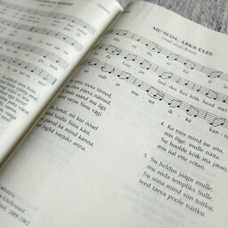 The current edition of the EELK hymnal contains 484 chorales.