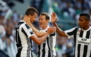Juventuse liigahooaja avavärava löönud Mario Mandžukic meeskonnakaaslastega
