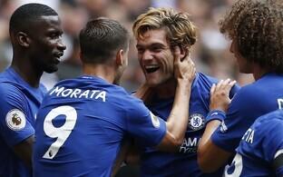 Meeskonnakaaslased õnnitlevad Chelsea kahe tabamuse autorit Marcos Alonsot