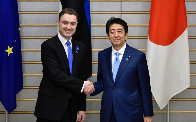 (Бывший) премьер-министр Эстонии Таави Рыйвас и глава японского правительства Синдзо Абе в апреле 2016 года.