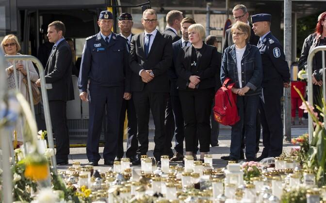 Peaminister Juha Sipilä Turu terrorirünnaku ohvreid mälestamas.