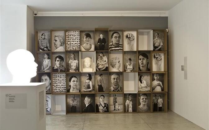 Annika Haasi (fotod) ja Elo Liivi (skulptuur) installatsiooni