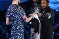 Kendrick Lamar, Dave Free ja Dave Meyers võtmas vastu aasta muusikavideo auhinda Gal Gadotilt