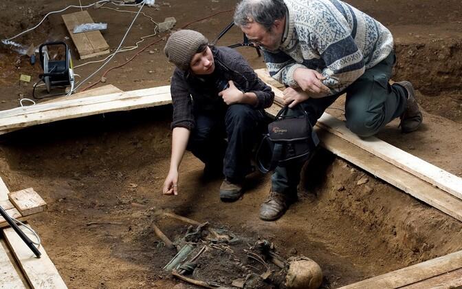 Arheoloogid Mari Tõrv ja Heiki Valk uurimas Kukruse VII luustikku.