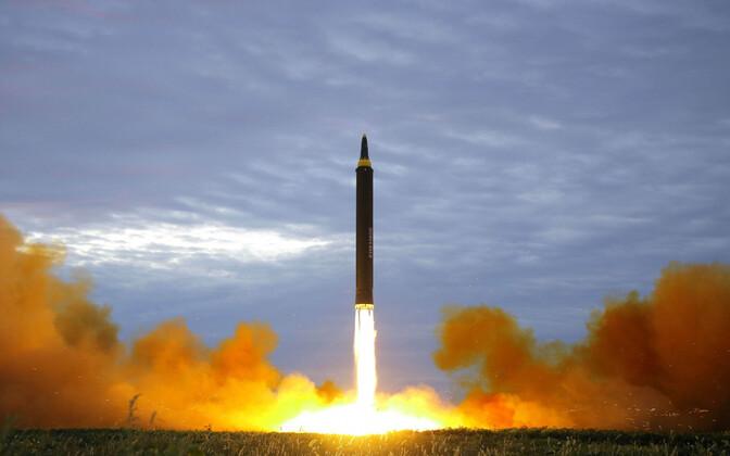 Põhja-Korea riikliku uudisteagentuuri KCNA foto ballistilise raketi Hwasong-12 stardist.