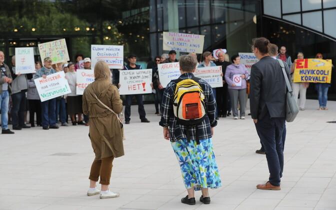 Акция протеста жителей Пыхья-Таллинна против открытия на улице Ситси пункта обмена шприцев.