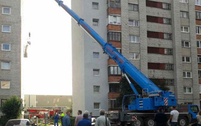 Рабочие упали из опрокинувшейся люльки, при выполнении фасадных работ на улице Даумана в Нарве.