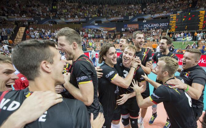 Belgia võrkpallikoondislased poolfinaali pääsemise üle rõõmustamas.