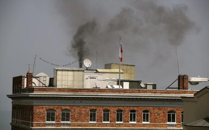 Must suits San Franciscos asunud konsulaadi korstnas.