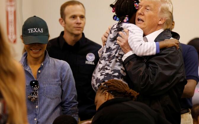 Trump saabus Houstonisse tulvaohvritega kohtuma