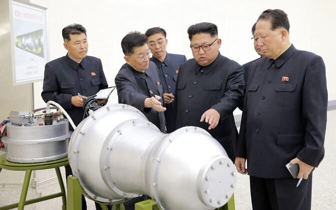 Лидер Северной Кореи Ким Чен Ын осматривает водородную бомбу.