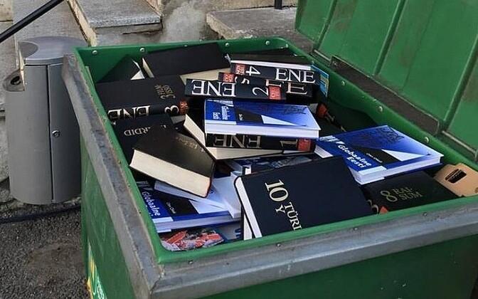Haridusministeeriumi hoone kõrval seisis pühapäeval prügikast täis teatmeteoseid.