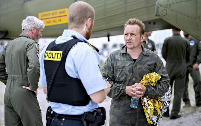 Peter Madsen koos politseinikuga oma alllveelaeva juures pärast selle ülestõstmist.