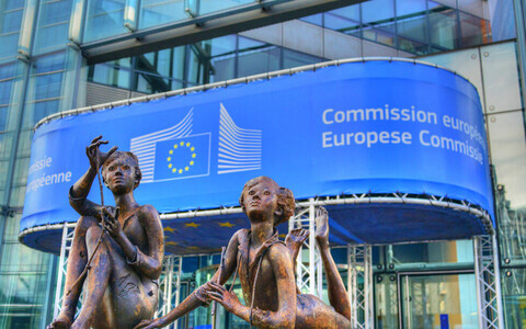Kujud Euroopa Komisjoni hoone ees.