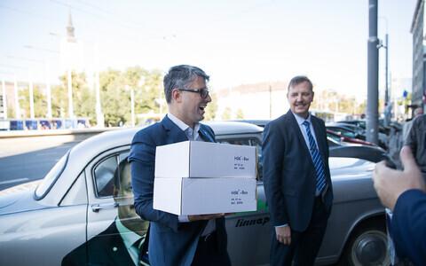 Mihhail Korb ja Taavi Aas Keskerakonna valimisnimekirju üle andmas.