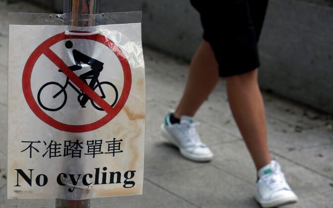 UCI reeglid ei luba ratturitel kõnniteedel sõita.