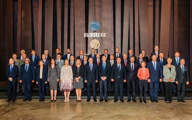 Общая фотография участников неформальной встречи министров обороны ЕС в Таллинне.