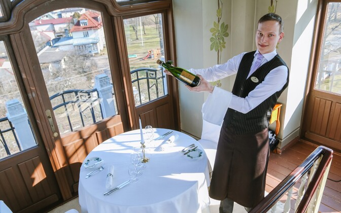 The rate of job vacancies in the second quarter was highest in accommodation and food service activities. Pictured: waiter at Villa Ammende in Pärnu.